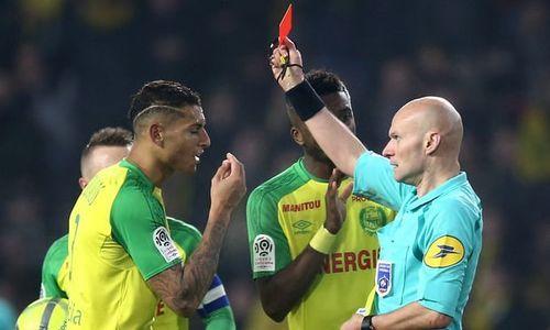 Французская лига отменила красную карточку футболисту, которого ударил арбитр